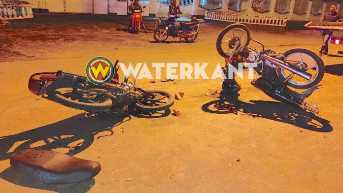Bromfietsen rijden frontaal op elkaar: drie gewonden