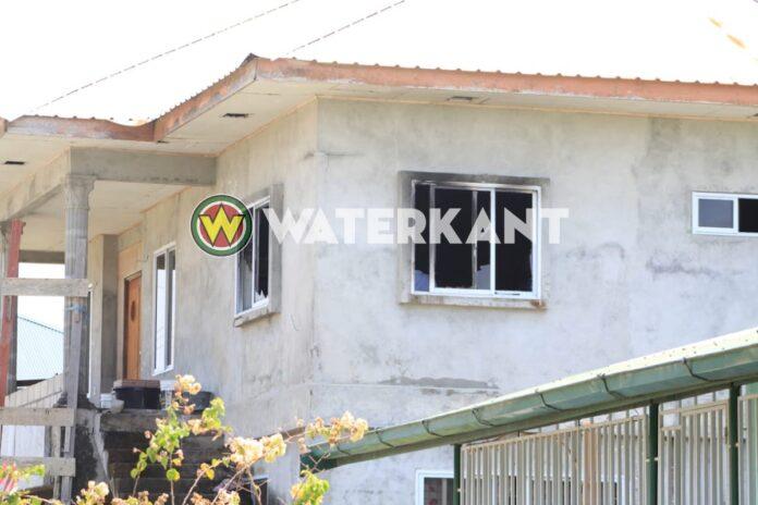 Brandend matras in slaapkamer woning; buren weten erger te voorkomen