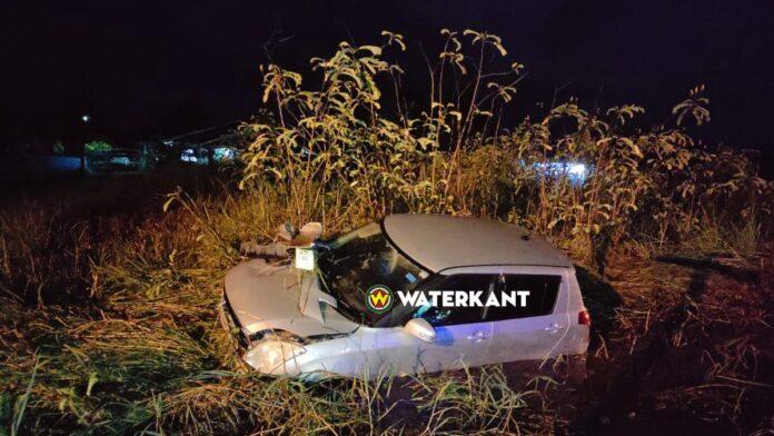 Auto duikt in goot Vierkinderenweg