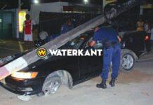 Auto rijdt EBS-mast Indira Gandhiweg kapot; 4 gewonden