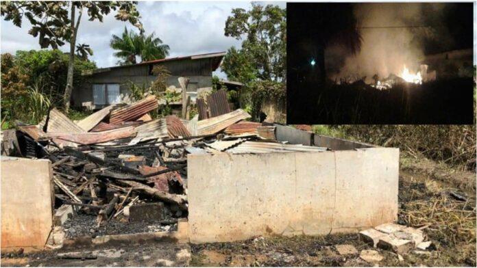 Geestelijk gestoorde vrouw in Moengo steekt woning in brand-2