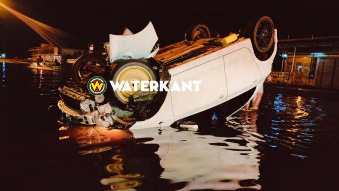'Racer' belandt met auto op z'n kop in water Indira Gandhiweg