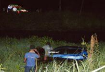 Vrouw slaat met auto over de kop en landt weer op vier wielen in kanaal