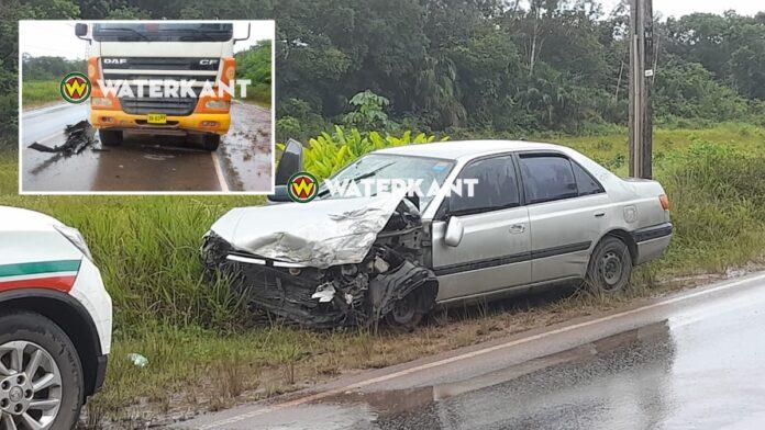 Auto knalt tegen vrachtwagen na inhaalmanoeuvre op Afobakkaweg