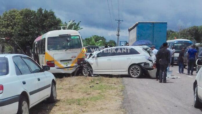 Verkeersslachtoffer vast onder bus na aanrijding Saramacca
