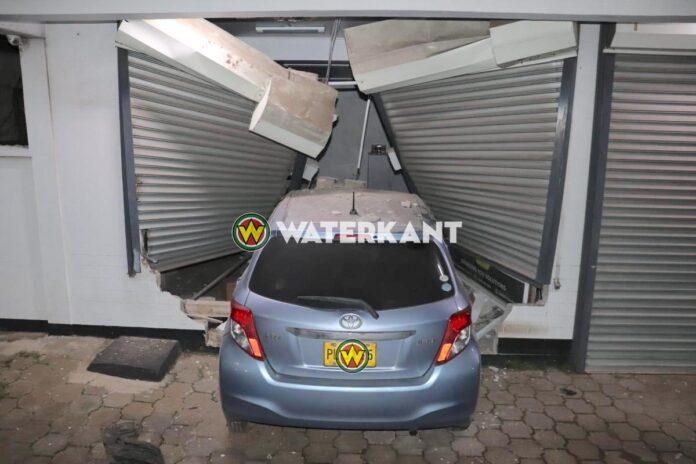 VIDEO: Auto knalt tegen winkelpand in Paramaribo