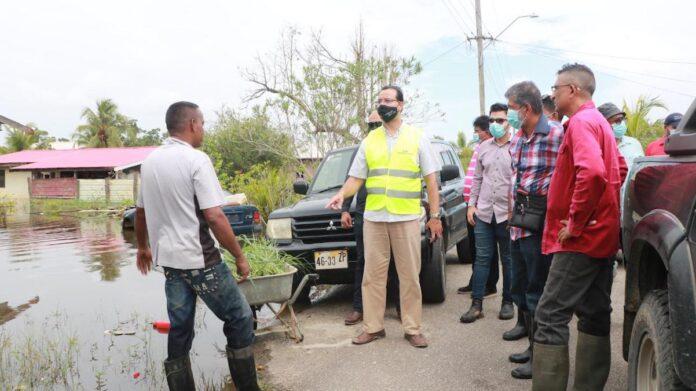 Ministers bezoeken onder water gelopen gebieden
