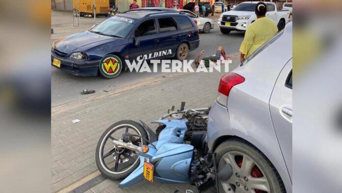 Bromfietser ernstig gewond aan been na aanrijding