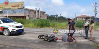 Bromfietser remt en valt nadat automobiliste geen voorrang verleend