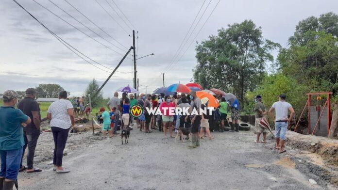VIDEO: Boze buurtbewoners barricaderen weg bij Jagtlust