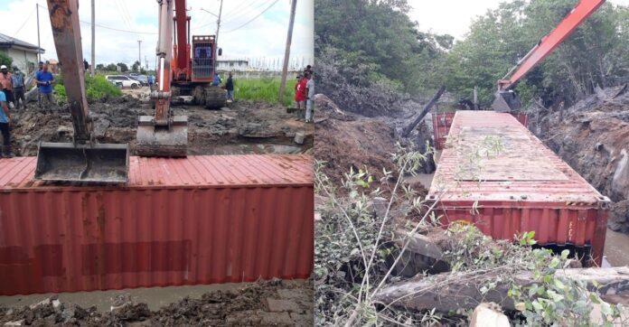 40 voet container geplaatst als tijdelijke oplossing om weg te herstellen