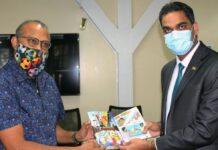 Minister Ramadhin neemt EK-boekje van QN in ontvangst