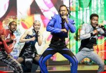 Jeangu staat in pak met 'Surinaams' tintje op podium Songfestival