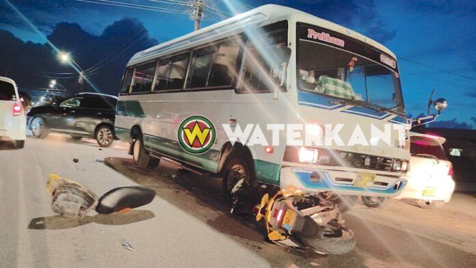 Scooter belandt onder lijnbus, bestuurder komt met de schrik vrij
