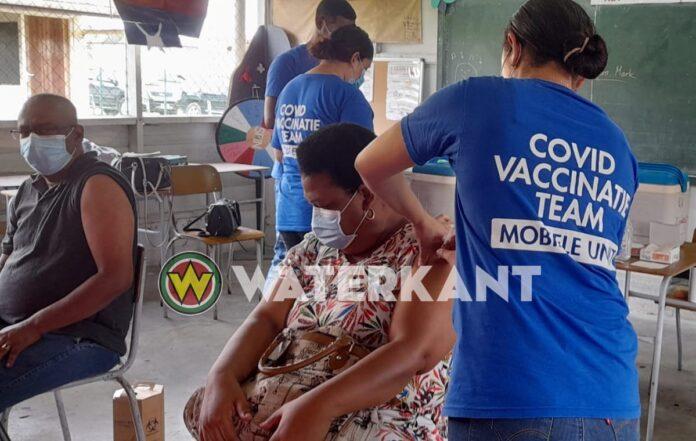 Leerkrachten laten zich vaccineren op speciale vaccinatiedag in Suriname