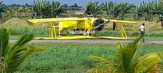 Landbouwvliegtuig op z'n kop terecht gekomen