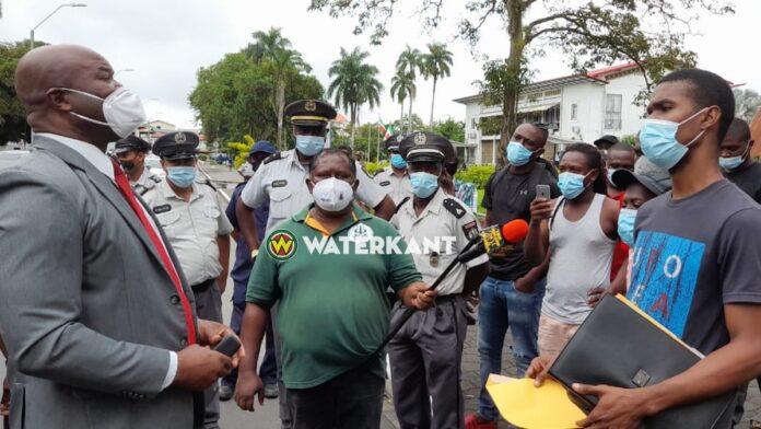 VIDEO: Bushouders bieden petitie aan vp Ronnie Brunswijk