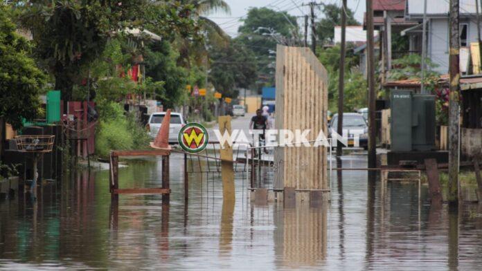Bewoners barricaderen ondergelopen straat omdat water in woningen stroomt