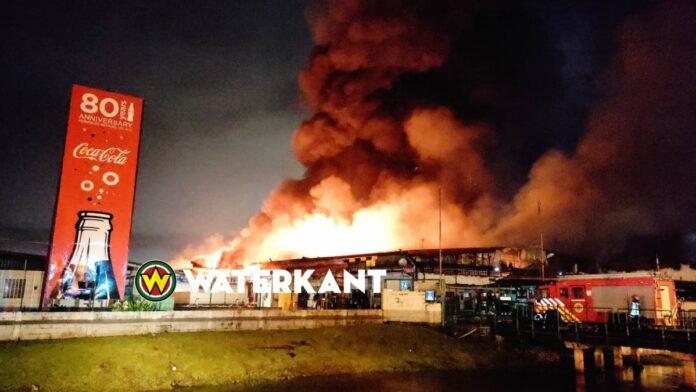 Felle brand bij Fernandes Bottling Company foto voorpagina