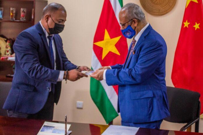 Herdenkingsenveloppe 45 jaar diplomatieke betrekkingen Suriname-China