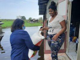 Ministers delen eerste voedselpakketten uit in Coronie