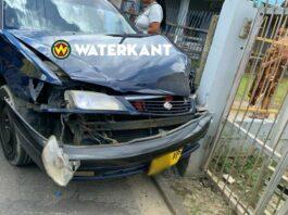 Vrouw botst met auto tegen schutting