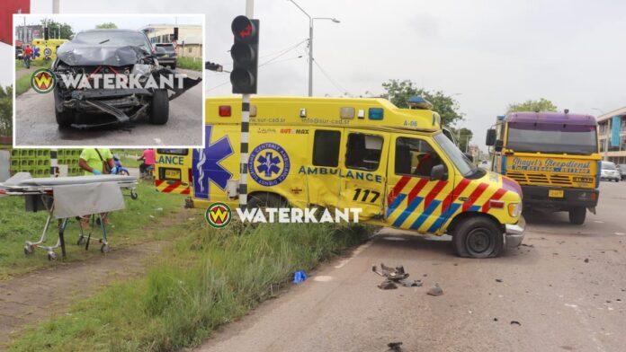 VIDEO: Pick-up rijdt ambulance met loeiende sirene aan: 5 gewonden