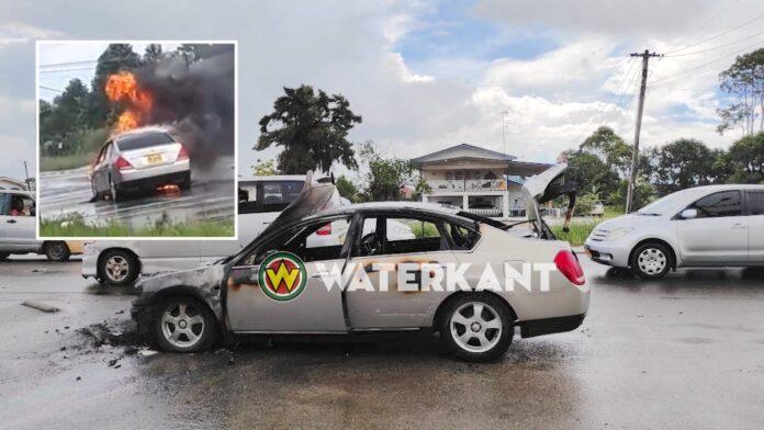 VIDEO: Auto afgebrand op de Indira Gandhiweg