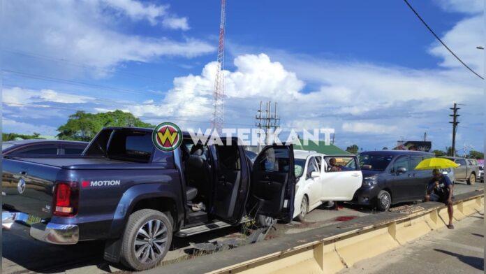 VIDEO: 5 auto's betrokken bij aanrijding op brug Saramaccadoorsteek