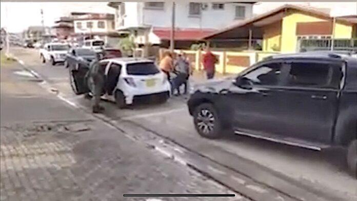 VIDEO: MP houdt 2 militairen aan na inbraak bij autobedrijf Ringweg