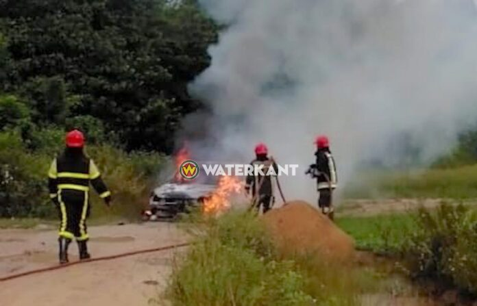 Auto volledig door brand verwoest op de Afobakaweg