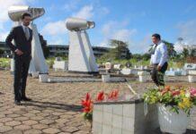 Minister en SLM CEO plaatsen bloemen bij monument vliegramp