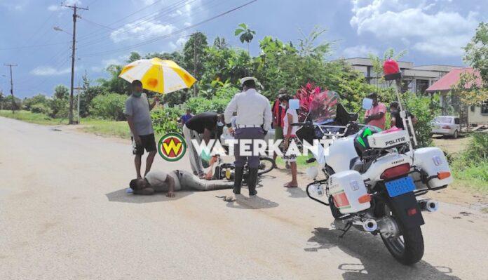 Deze bromfietser is vanmiddag op het wegdek belandt, nadat hij over een drempel reed en kwam te vallen. Het eenzijdig verkeersongeval vond rond 14.00u plaats op de Welgedacht A-weg in Suriname.