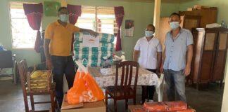 Donatie jongerenvereniging aan bejaardenverzorgingstehuis Commewijne