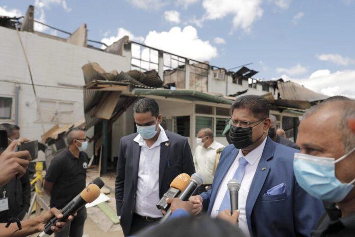 President oriënteert zich bij afgebrand gebouw BOG Suriname
