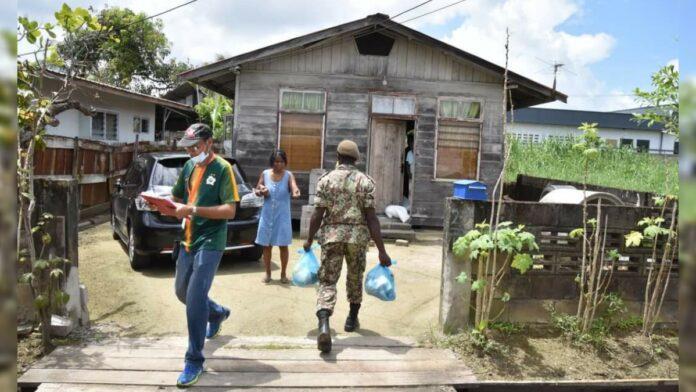 Distributie noodhulppakketten in Tammenga