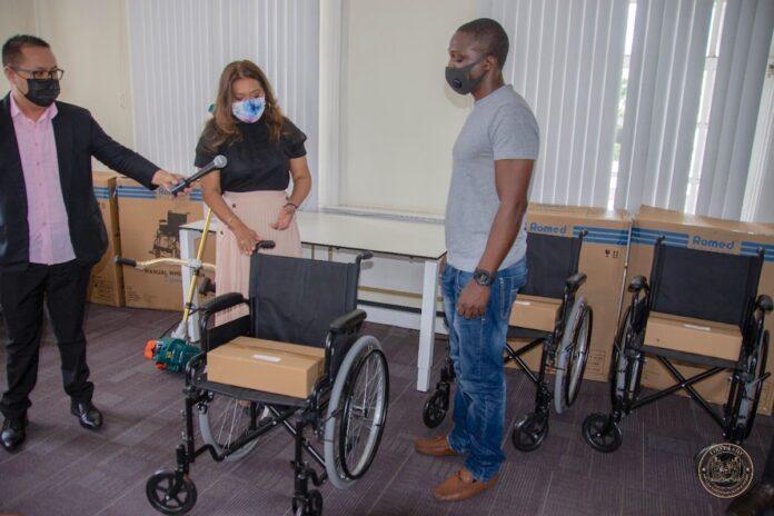 Instellingen en burgers ontvangen donatie first lady Suriname