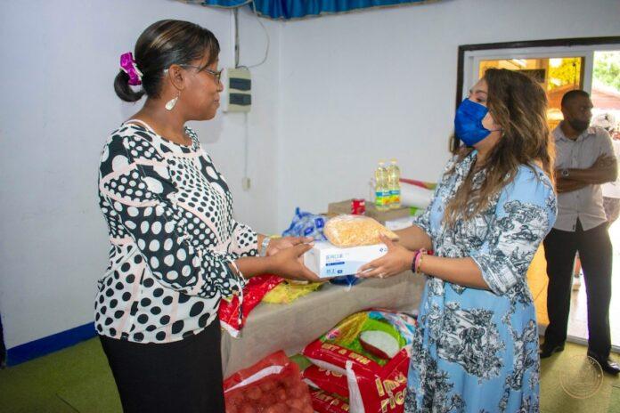 First lady geeft startsein landelijke pakketten distributie