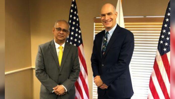 Minister Ramdin haalt banden met USAID weer aan