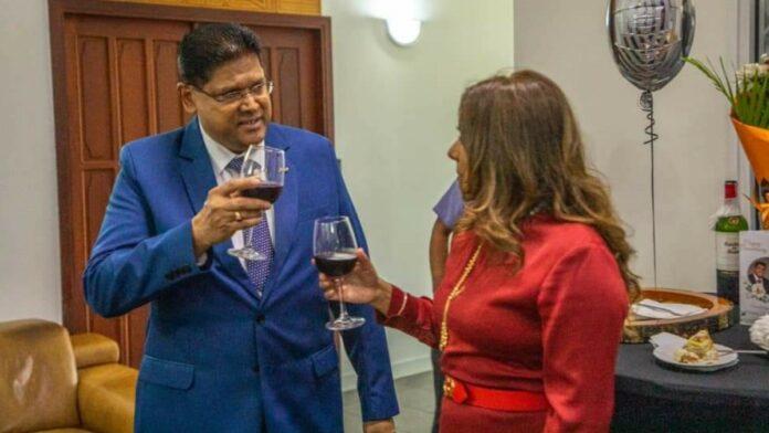 President Chandrikapersad Santokhi en Melissa Seenacherry 1 jaar getrouwd