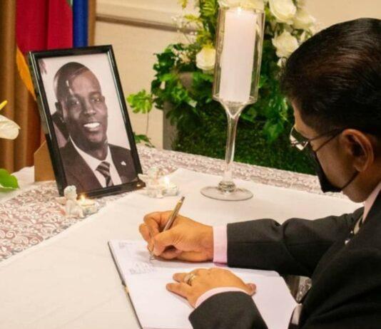 President Santokhi ondertekent condoleanceregister vermoorde Haïtiaanse president