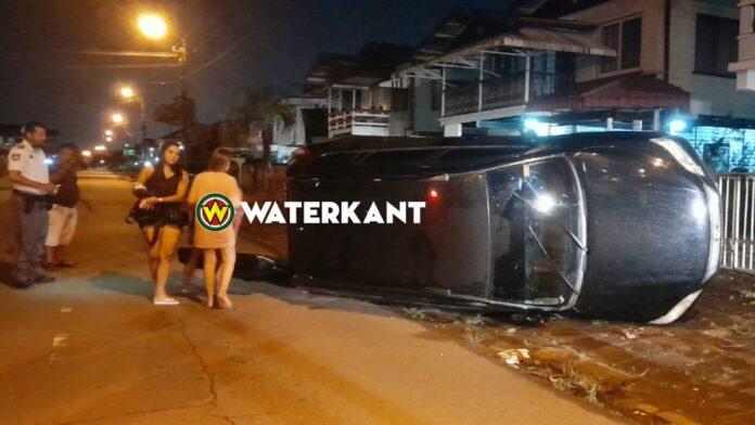 Vrouw belandt met auto op z'n kant te Maretraite