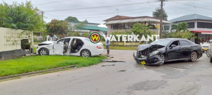 Automobilist negeert stopbord: 3 gewonden en kapotte schutting