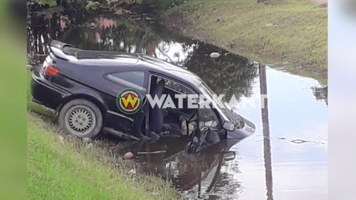 Vrouw rijdt in kanaal na uitwijken voor wegverzakking