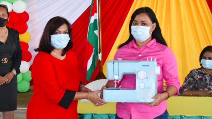 Minister Kuldipsingh geeft startsein voor het BNTF-project Nickerie