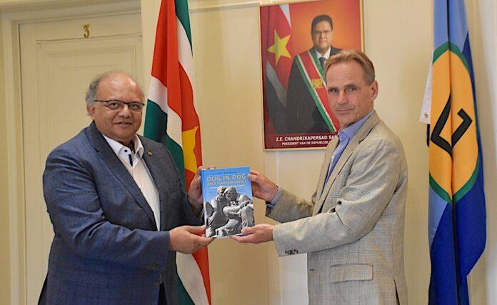 Ambassadeur Khargi neemt nieuw geschiedenisboek in ontvangst