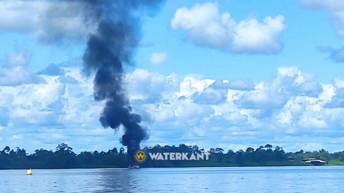 Boot in brand op Surinamerivier