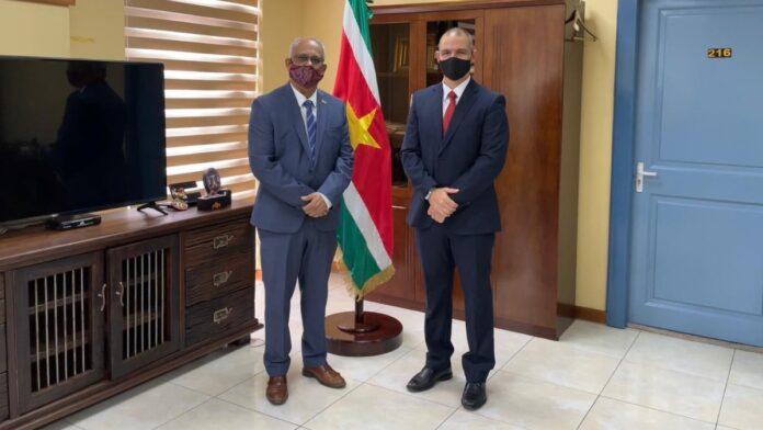 Cubaanse ambassadeur en minister Ramdin bespreken situatie Cuba