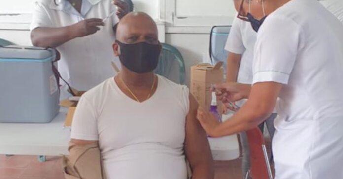 Dc Ricardo Bhola van Paramaribo Noord-Oost krijgt 2e vaccinatie