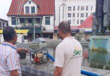 Schoonmaakbeurt voor fontein bij Spanhoek (Statenmonument)